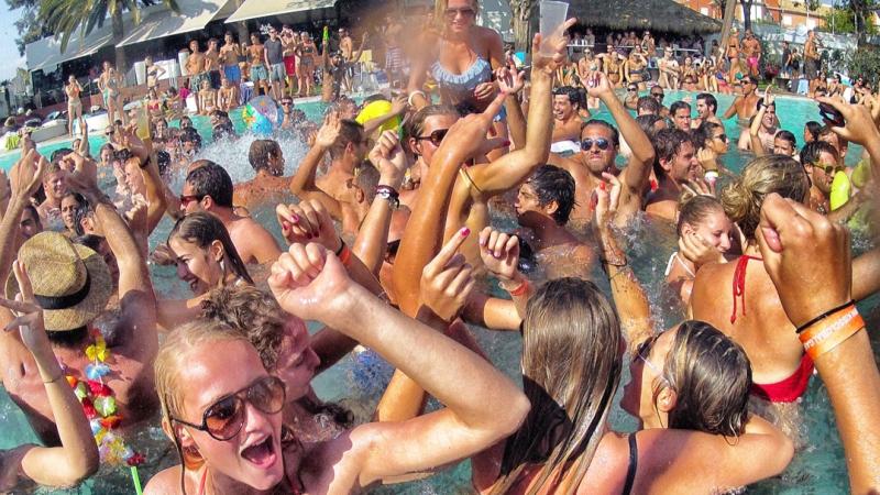 ideas originales despedidas de solteros pool party